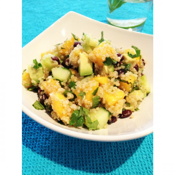 Освежаваща киноа салата с манго, краставица, авокадо, черен боб 1